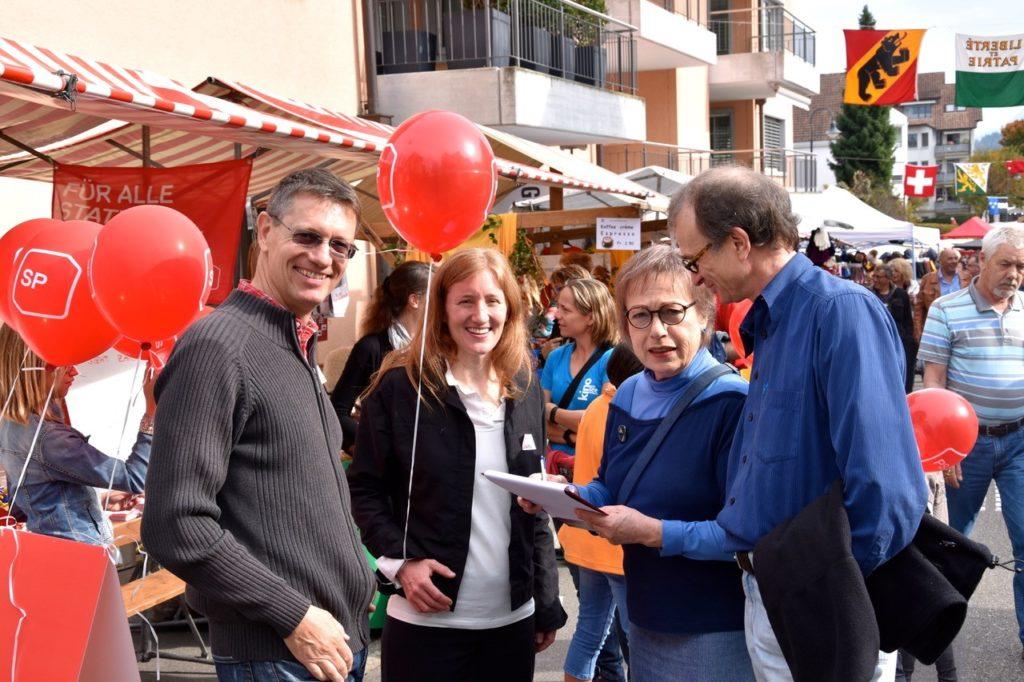 Standaktion für bezahlbare Wohnungen am Herbstmarkt in Freienbach